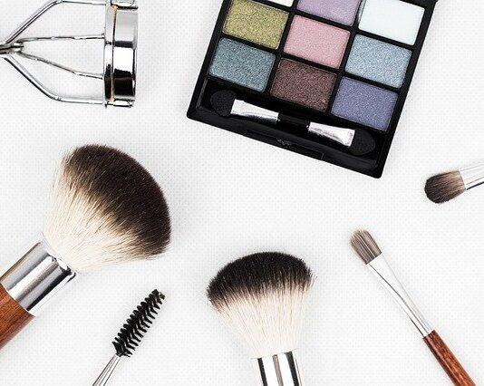 Zestaw pędzli do makijażu jest przydatny